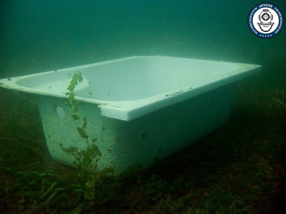 Некој го реновирал тоалетот па сè фрлил во Охридско Езеро